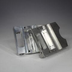 Rezkani aluminijasti izdelek brušen.